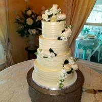 4-tiered-cakae-with-beige-roses-min