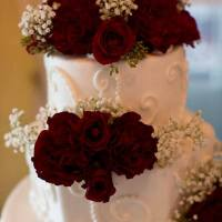 wedding-cake-with-red-roses-and-babys-breath-min