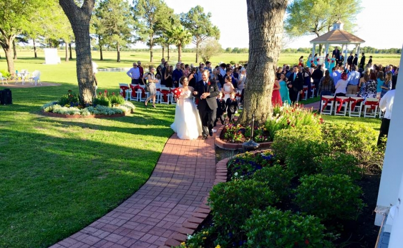 Getting hitched at an outdoor wedding venue at House Plantation